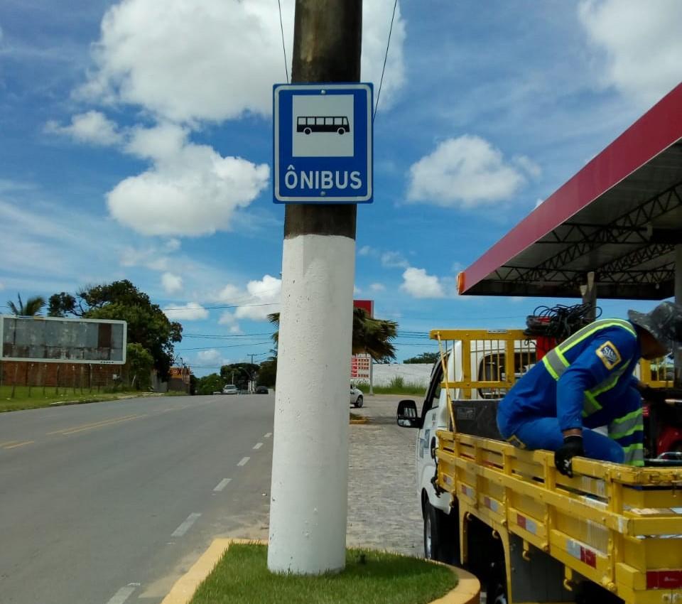 Equipes da SMTT revitalizam sinalização vertical na Avenida Jorge Montenegro Barros. Foto: Ascom SMTT