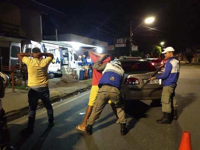 Condutores foram revistados durante a operação da Lei Seca — Foto: Divulgação/BPTran