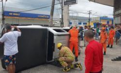 Caminhonete com turistas tomba após colisão e vítima fica presa às ferragens
