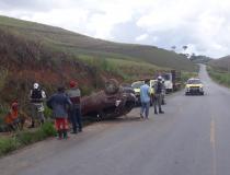 Carro capota e deixa três feridos, em São Luiz do Quitunde
