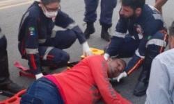 Motociclista fica ferido após linha com cerol enrolar em seu pescoço, na Avenida Leste-Oeste.