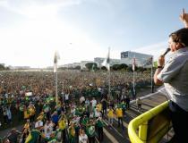 Atos pró-governo promovidos por religiosos e ruralistas reúnem multidão em Brasília