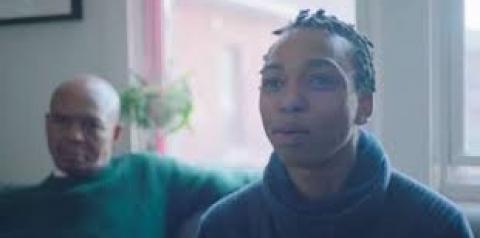 Nova campanha publicitária da Gillette mostra jovem trans aprendendo a se barbear