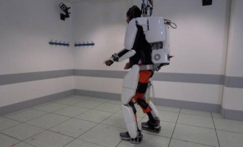 Homem paraplégico consegue andar com exoesqueleto controlado pelo cérebro