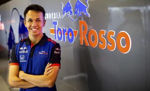 Estreante na F1, Albon homenageia Valentino Rossi com escolha de número:
