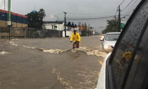 Chuva alaga ruas e causa transtornos no Grande Recife